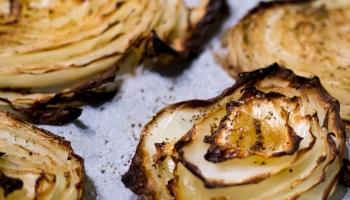 Ģimenes ēdienkarte: griķu kotletes, banānu pankūkas un cepti kāposti