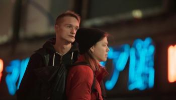 """Matīss Kaža filmā """"Klejotāji"""" dokumentē mūsdienu divdesmitgadnieku paaudzi"""