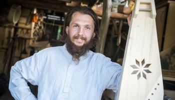 Kokļu meistars Ģirts Laube palīdz cilvēkiem izveidot savu unikālo sapņu kokli
