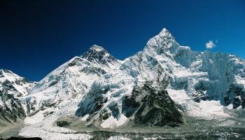 29. maijs. Edmunds Persivals Hilarijs un Tenzings Norgajs sasniedz Everesta virsotni