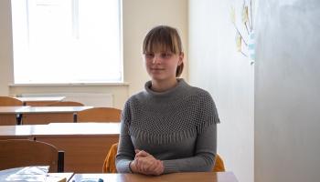 Agnese Puisāne, neraugoties uz redzes problēmām, mācās vispārizglītojošā skolā