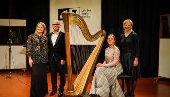 Latvijas Radio 1. studijā - dziedātājs Mikus Abaroniņš un arfiste Dārta Tisenkopfa