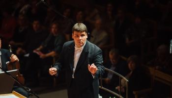 Katru nedēļu citā pasaules malā. Saruna ar diriģentu Andri Pogu