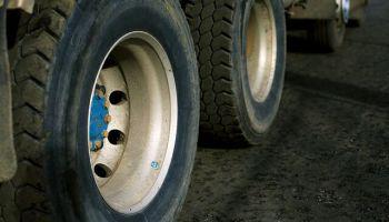 В этом году — уже четверо погибших: грузовикам в Латвии запретят ездить на б/у шинах