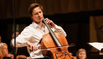 """Kristaps Bergs (čells), LNSO un diriģents Maksims Jemeļjaničevs festivālā """"Čello Cēsis"""""""